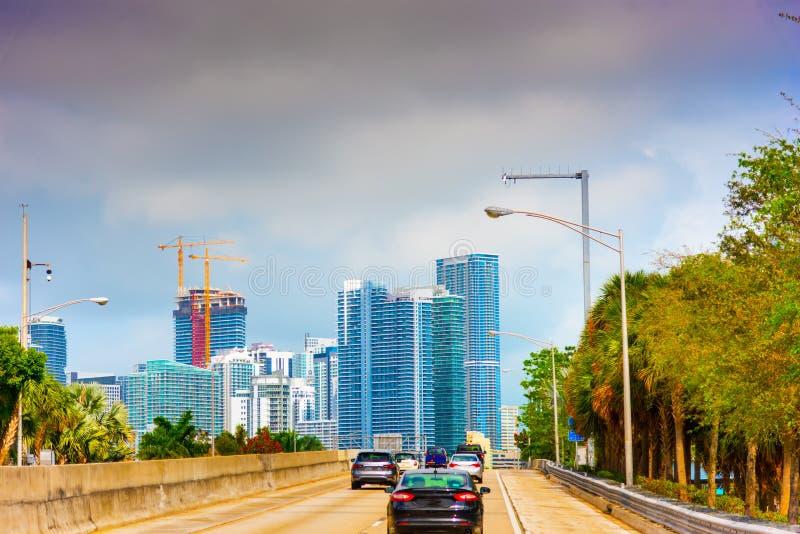 Trafik i Miami vid solnedgången royaltyfri fotografi