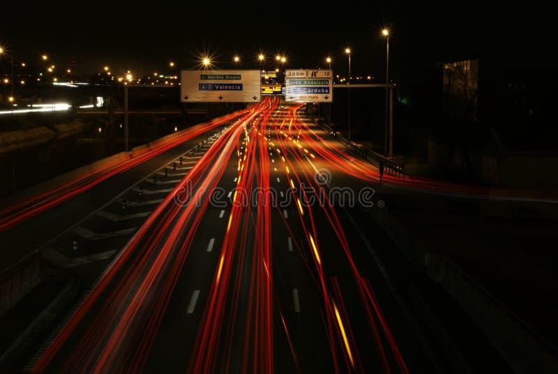 Trafik i natten i Madrid ljus m?lning arkivfoto