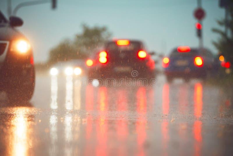 Trafik i regnig dag royaltyfri fotografi