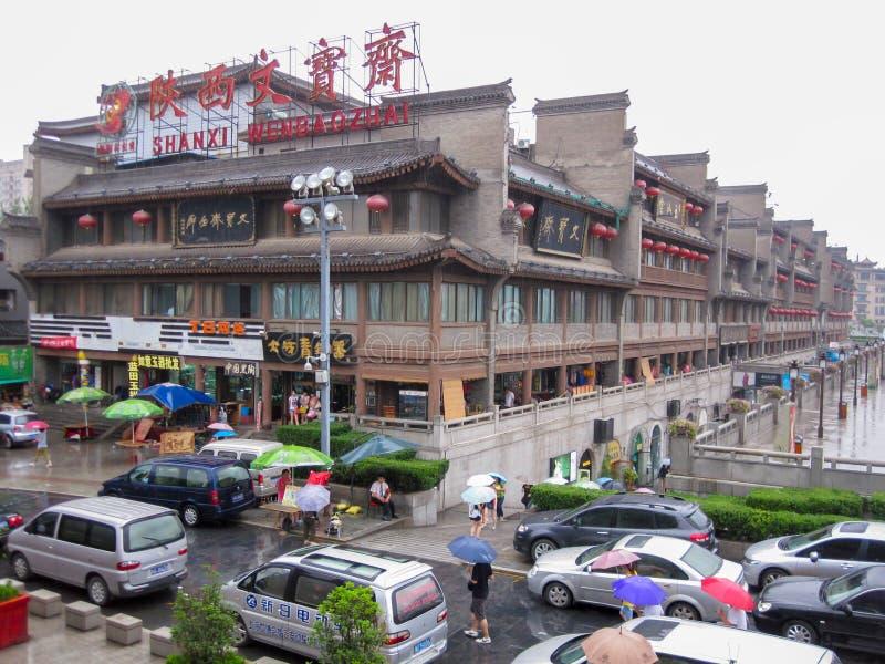 Trafik i staden av Xian i en regnig dag Gataplats av xian i mitten av den forntida staden, Kina royaltyfria bilder