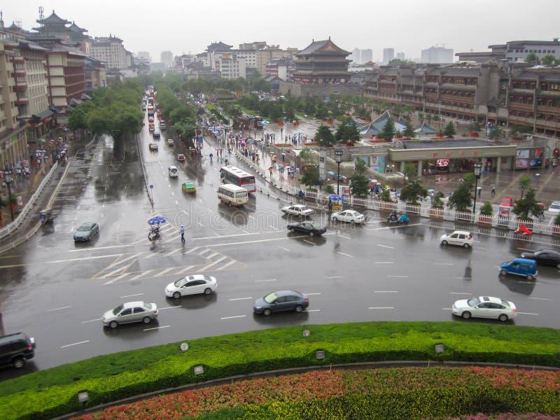 Trafik i staden av Xian i en regnig dag Gataplats av xian i mitten av den forntida staden, Kina arkivbild