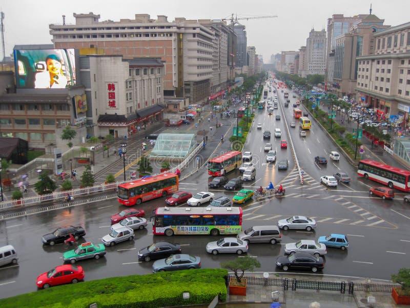 Trafik i staden av Xian i en regnig dag Gataplats av xian i mitten av den forntida staden, Kina royaltyfri fotografi