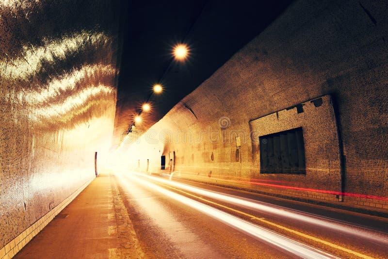 Trafik i stads- tunnel royaltyfria bilder