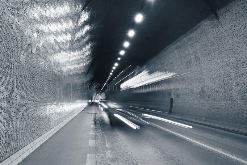 Trafik i stads- tunnel royaltyfri bild