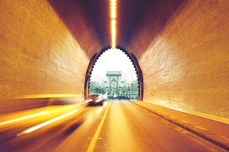 Trafik i stads- tunnel royaltyfri foto