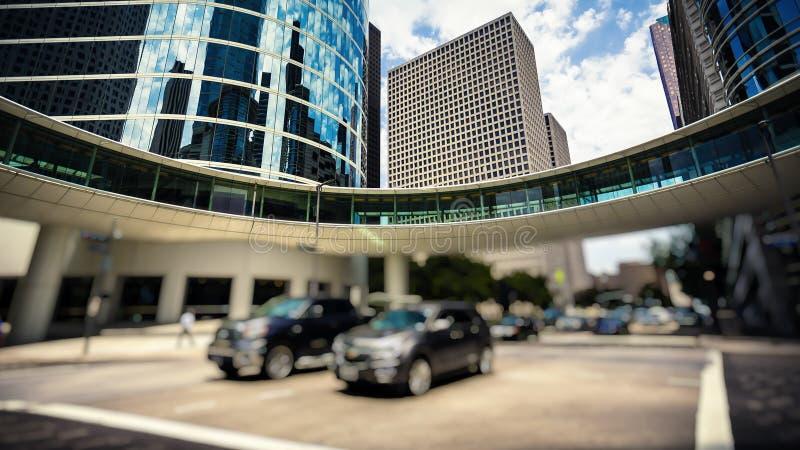 Trafik & kontorsbyggnader i i stadens centrum Houston, Texas royaltyfria bilder