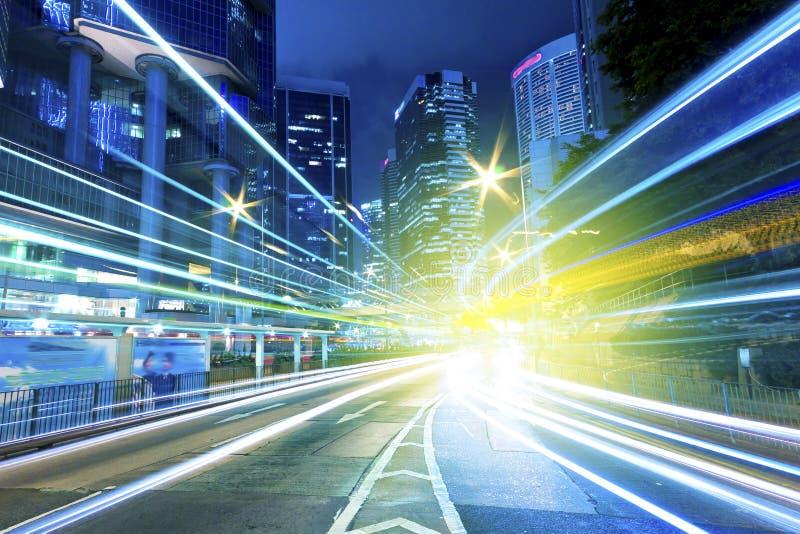 Trafik in - mellan staden på natten arkivbild