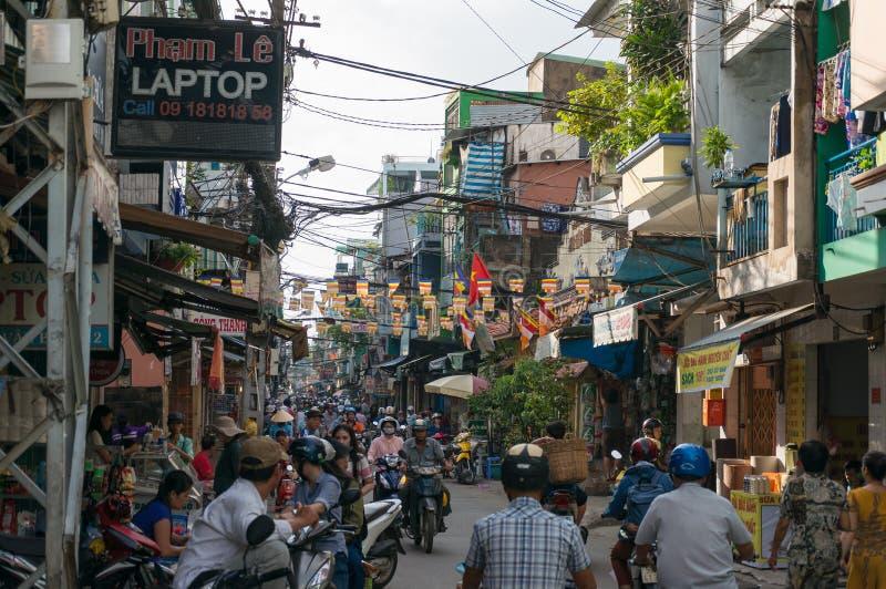 Trafik och försäljare på Cho Xom Chieu marknadsför i HCMC i Vietnam fotografering för bildbyråer