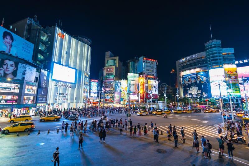 Trafik och folk som går på övergångsställe i natten på Ximending i Taipei, Taiwan Ximending är det berömda modeet, nattmarknad fotografering för bildbyråer