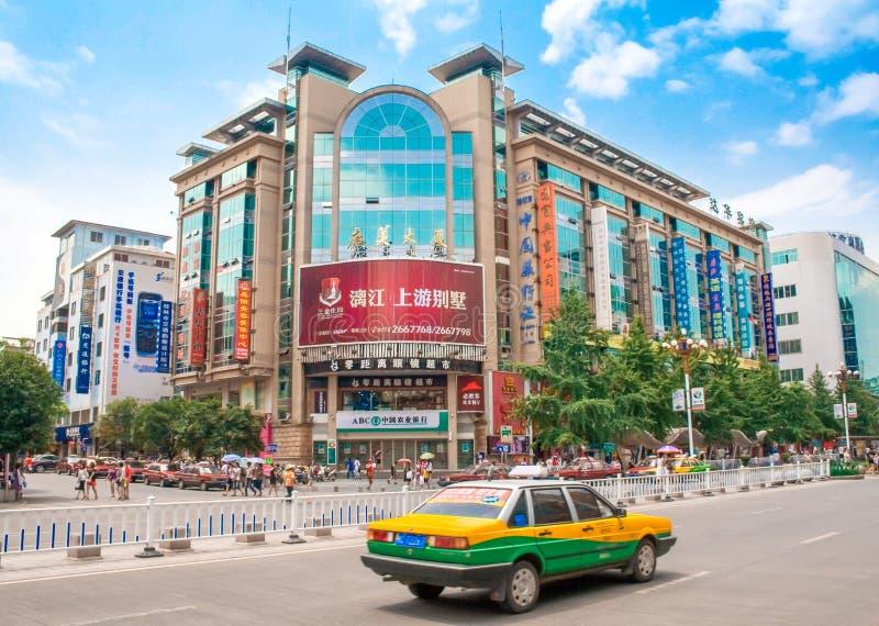 Trafik och gångare i den Guilin boulevarden Reklamfilm- och affärsgataplats Guilin Kina arkivbilder