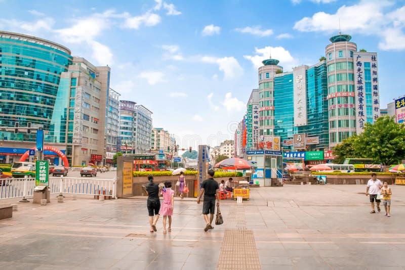 Trafik och gångare i den Guilin boulevarden Reklamfilm- och affärsgataplats Guilin Kina royaltyfri foto