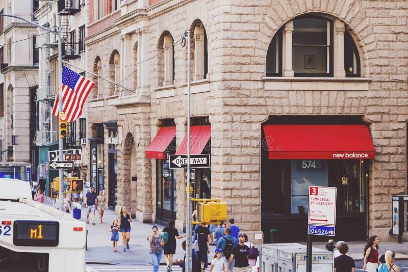 Trafik och oidentifierat folk på den iconic Fifth Avenue i mor royaltyfri fotografi