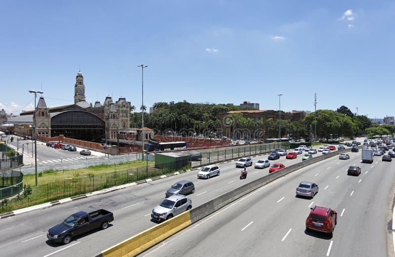 Trafik på Avenida i den Sao Paulo staden arkivfoton