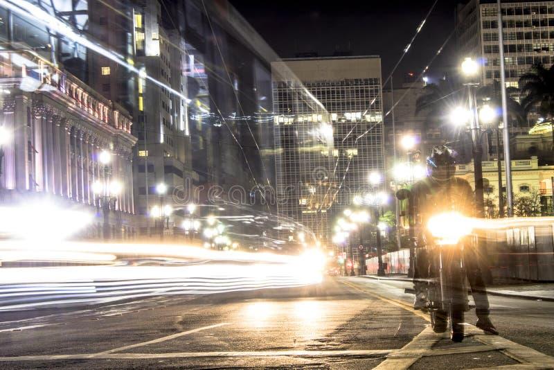 Trafik på Cha Viaduct på natten arkivbilder