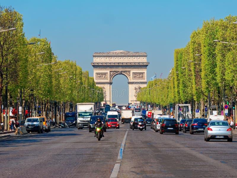 Trafik på champe elysee med arc de triumph på bakgrundsparis france arkivbild