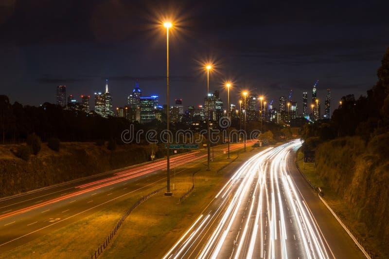 Trafik på den östliga motorvägen i Melbourne, Australien arkivbilder