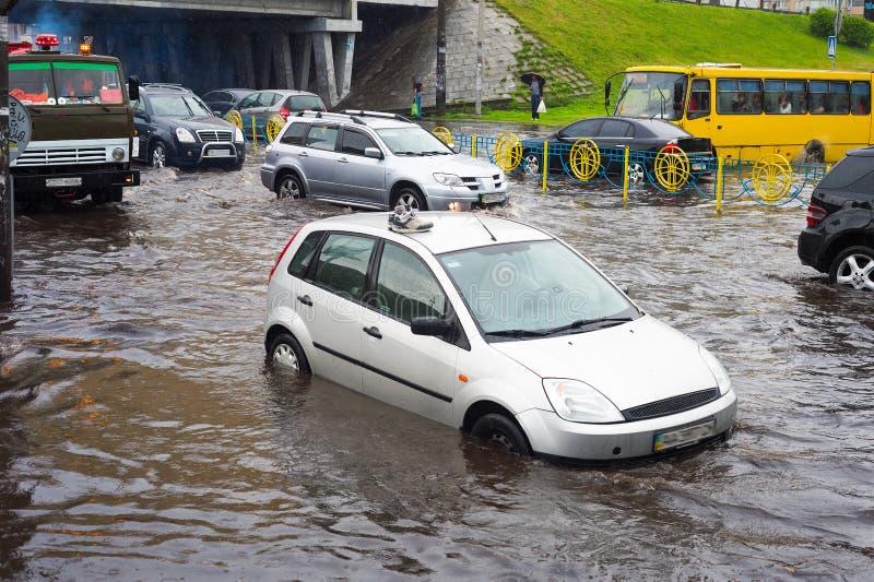 Trafik på den översvämmade stadsvägen royaltyfri foto