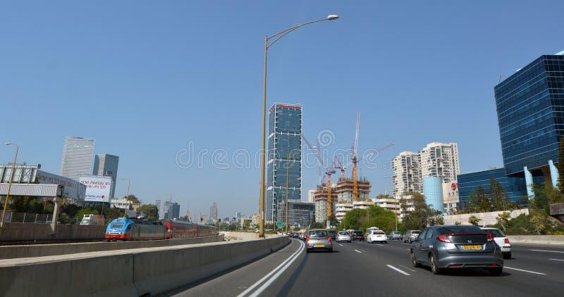 Trafik på den Ayalon huvudvägen i Tel Aviv, Israel arkivbild