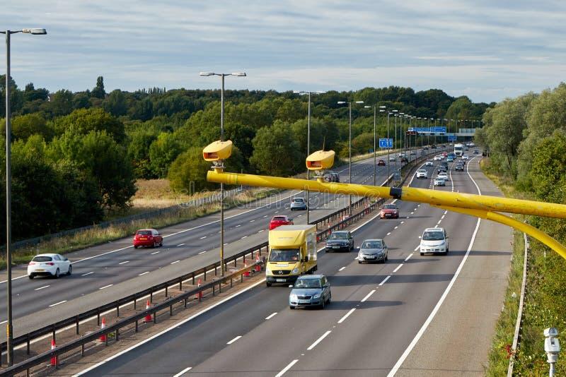 Trafik på den brittiska motorwayen M5: West Bromwich Birmingham, UK royaltyfria foton