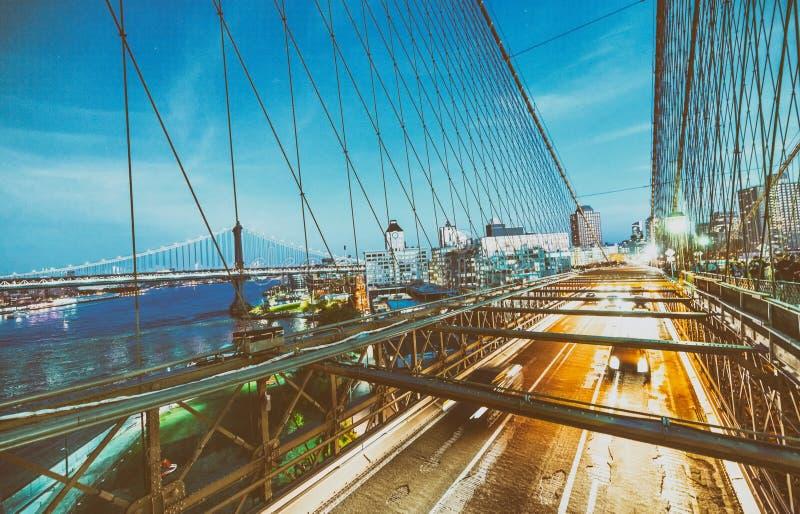 Trafik på den Brooklyn bron på natten royaltyfri foto