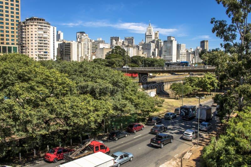 Trafik på den Estado avenyn och horisont av i stadens centrum Sao Paulo royaltyfri fotografi