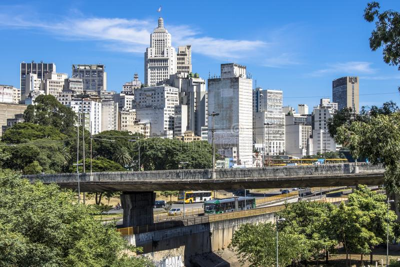Trafik på den Estado avenyn och horisont av i stadens centrum Sao Paulo royaltyfri bild