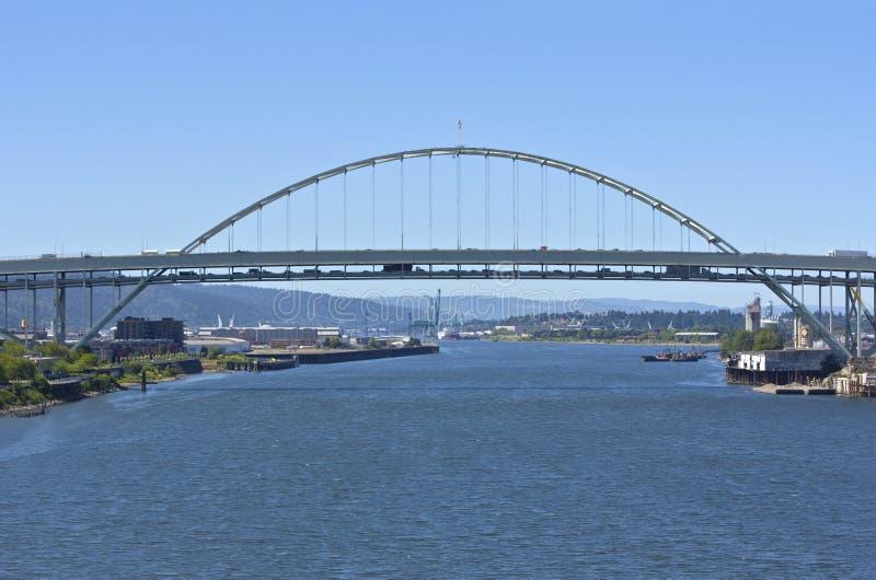 Trafik på den Freemont bron Portland Oregon. arkivfoto