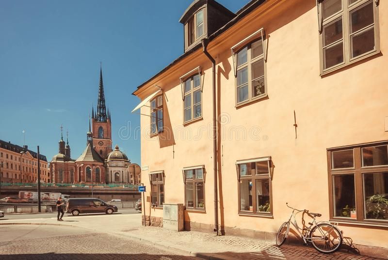 Trafik på den gamla staden med den Riddarholm kyrkan och andra historiska byggnader royaltyfri fotografi