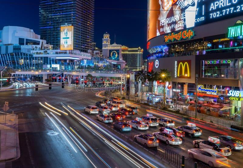 Trafik på den Las Vegas remsan på natten royaltyfria bilder