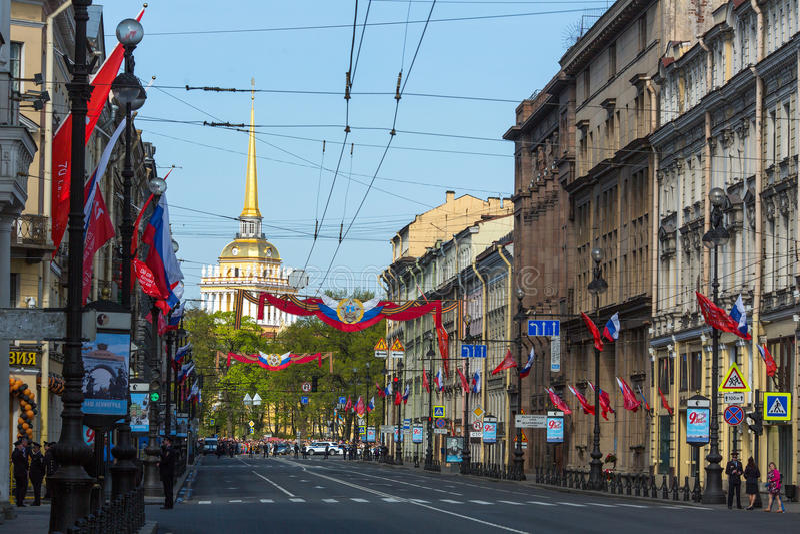 Trafik på den Nevsky utsikten är den inställda militären ståtar tack vare på slottfyrkant arkivbilder