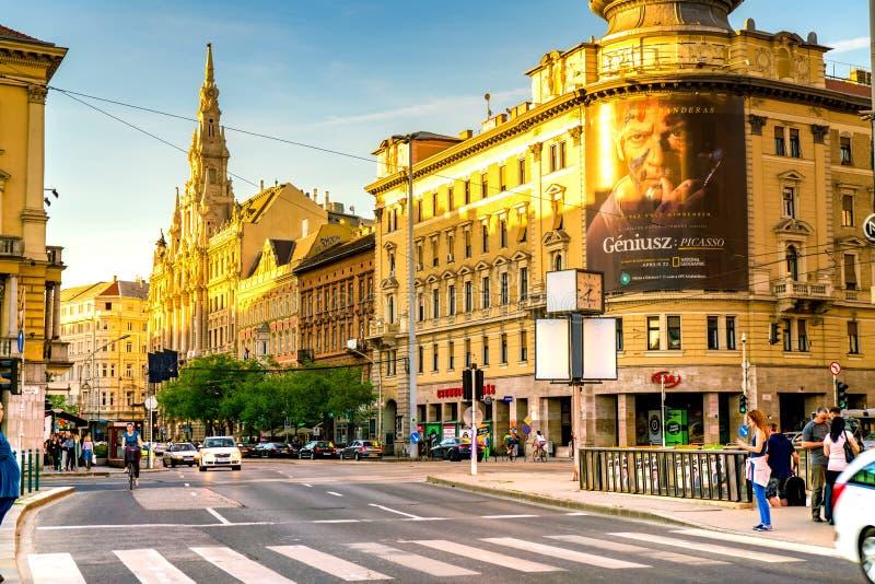 Trafik på den upptagna Blaha Lujza fyrkanten i Budapest, i Ungern arkivbild