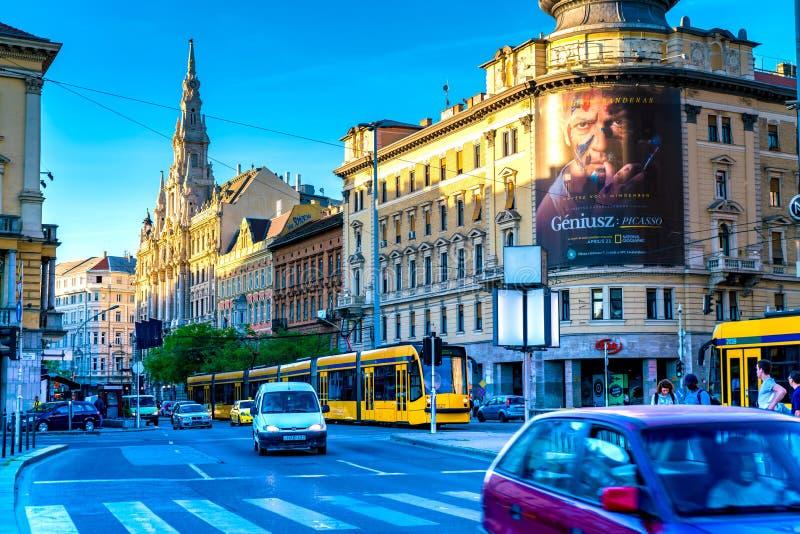 Trafik på den upptagna Blaha Lujza fyrkanten i Budapest, i Ungern arkivfoto
