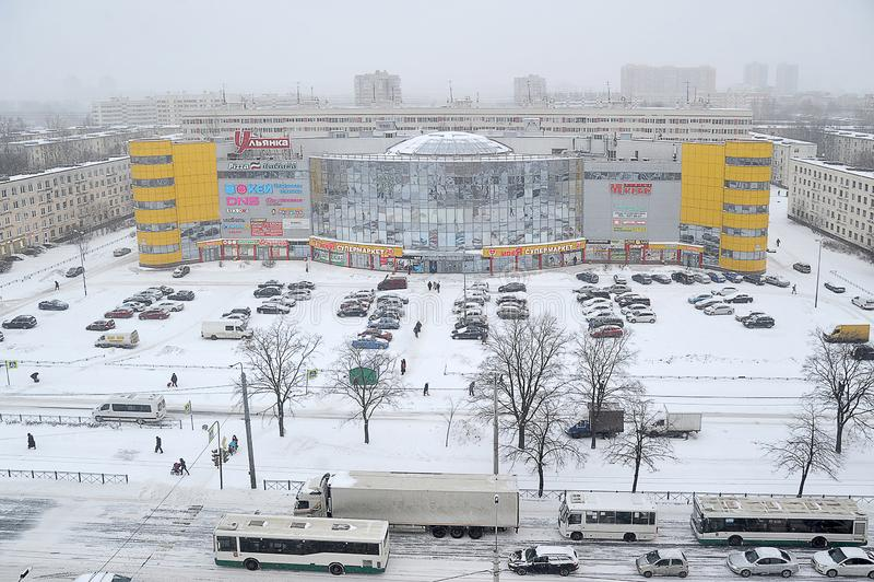 Trafik på detäckte gatorna av St Petersburg fotografering för bildbyråer