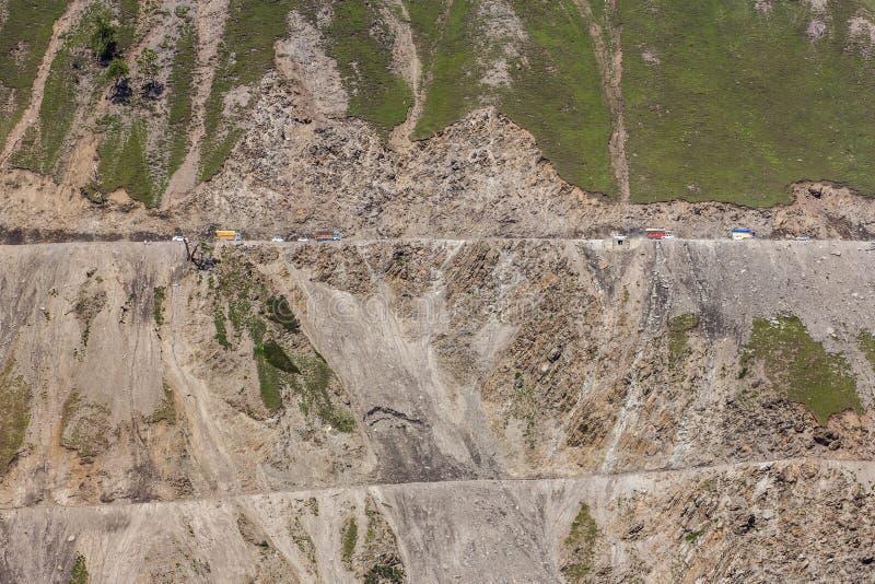 Trafik på det Zojila passerandet mellan Srinagar och Kargil arkivbilder
