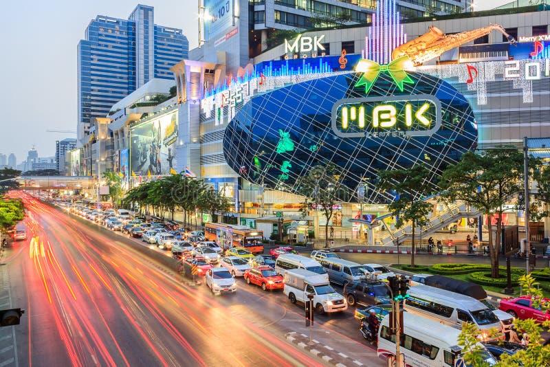 Trafik på gatan och MBKS mest shoppinggalleria royaltyfri foto