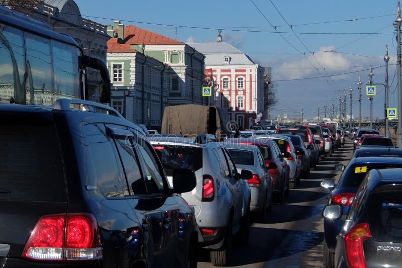 Trafik på gatorna av St Petersburg arkivfoton