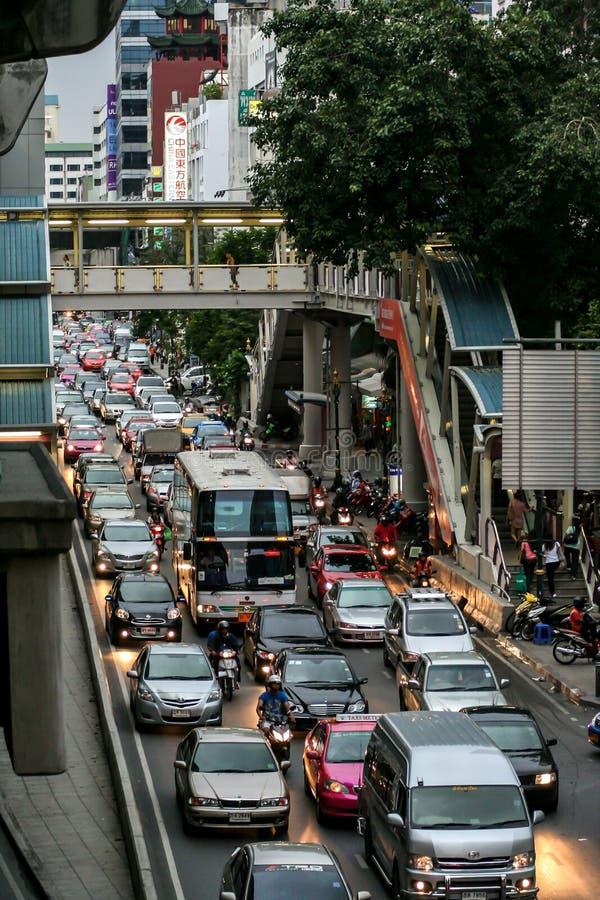 Trafik på gatorna i Phuket Resa runt Asien Stadens stadsområde royaltyfria bilder