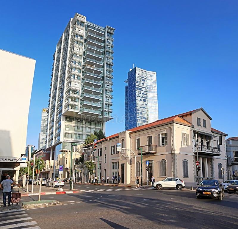 Trafik på Hana och den Mordekhai Veisser gatan, Tel Aviv, Israel royaltyfri fotografi