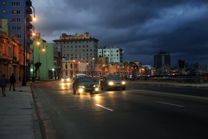 Trafik på Malecon, havannacigarr, Kuba royaltyfri fotografi