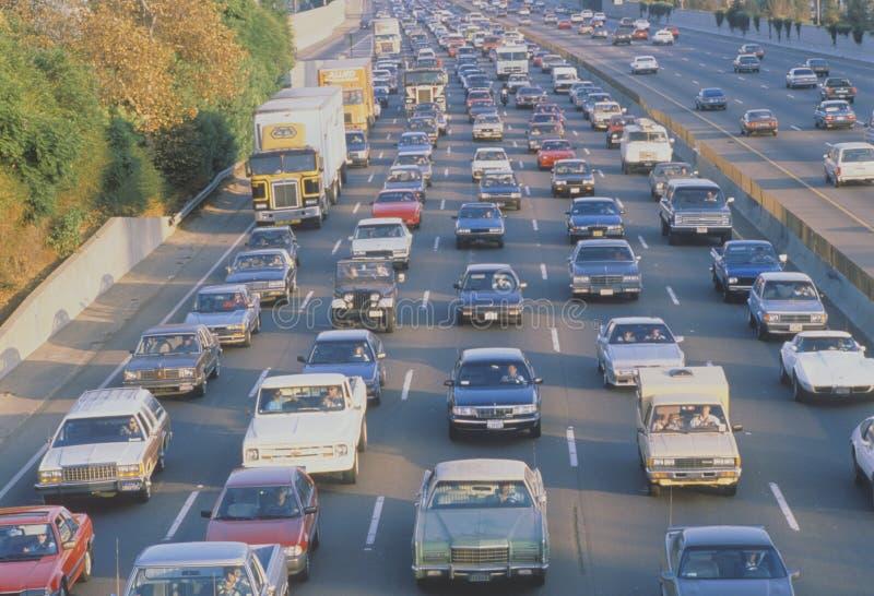 Trafik på motorväg 405 i Los Angeles, CA arkivbild