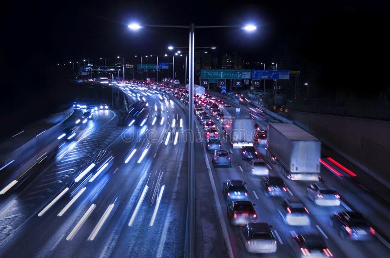 Trafik på motorväg arkivbilder
