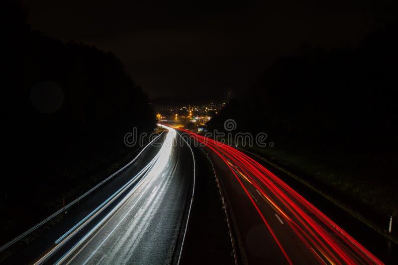 Trafik på väg nattetid i Sverige royaltyfri bild