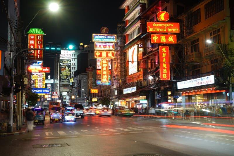 Trafik på Yaowarat Road med skyltar i det kinesiska distriktet nattetid i Bangkok, Thailand royaltyfri bild