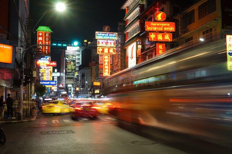 Trafik på Yaowarat Road med skyltar i det kinesiska distriktet nattetid i Bangkok, Thailand royaltyfria foton