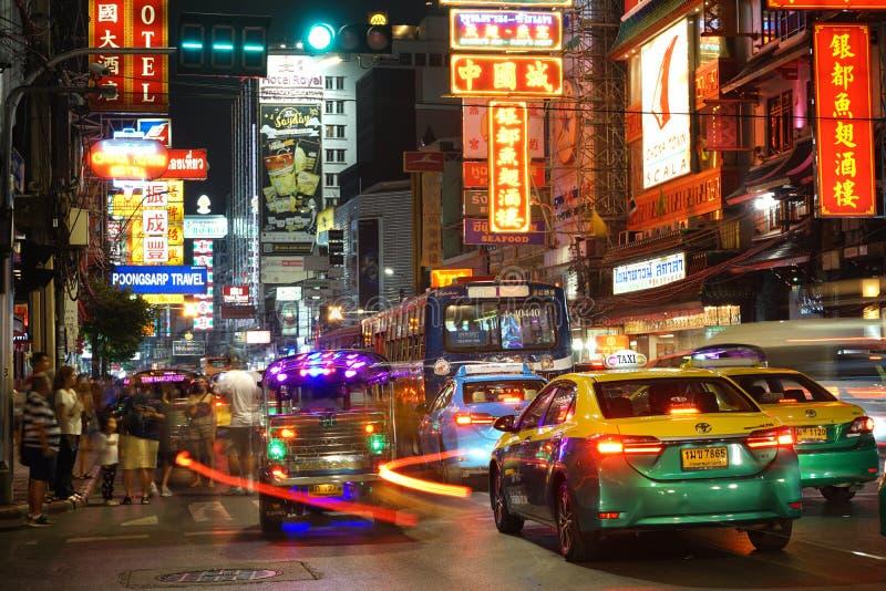 Trafik på Yaowarat Road med skyltar i det kinesiska distriktet nattetid i Bangkok, Thailand arkivbild