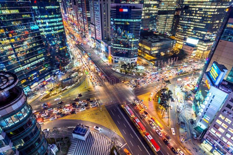 Trafik rusar till och med en genomskärning på natten i Gangnam, Seoul i Sydkorea arkivbild