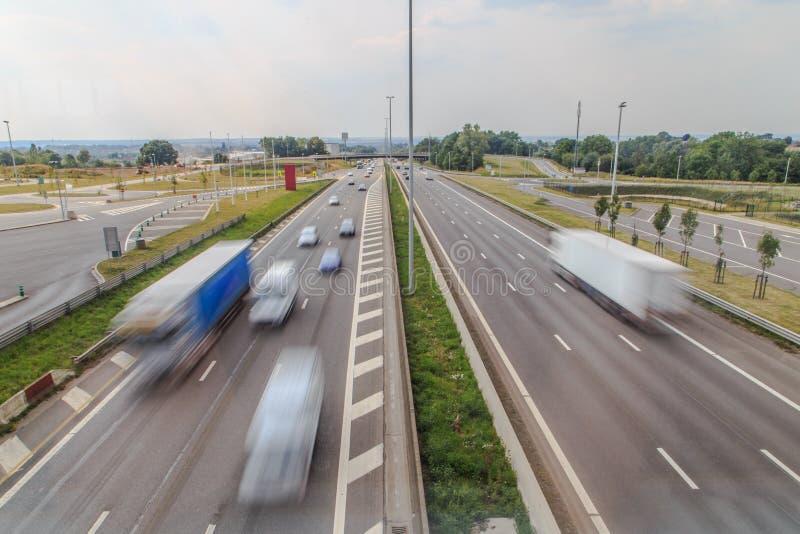 Trafik som förbi rusar på motorväg royaltyfri bild