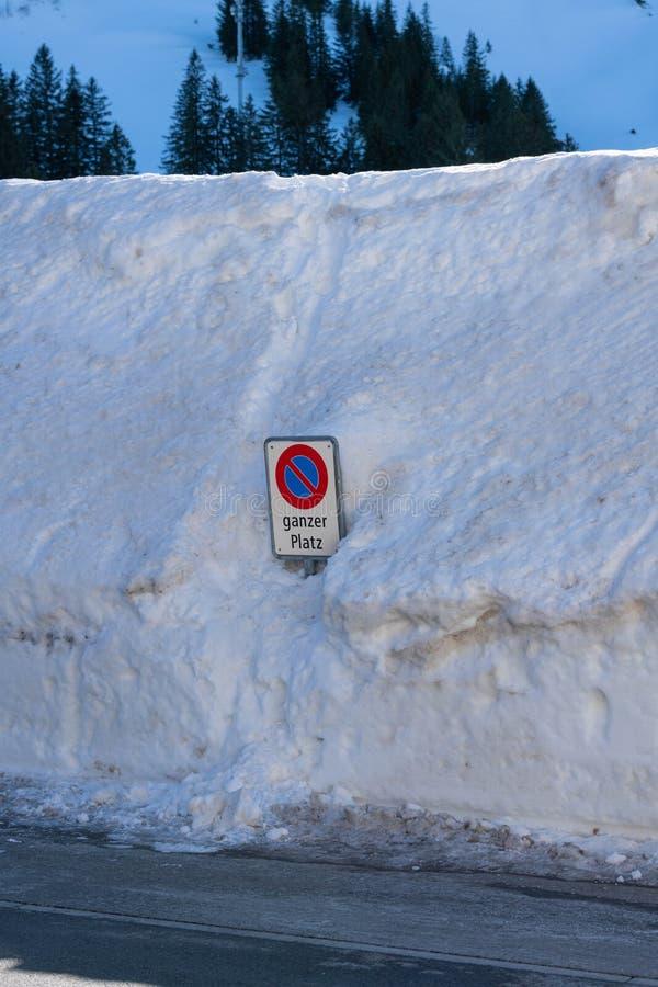 Trafik suckar i en stor hög av snö arkivbild