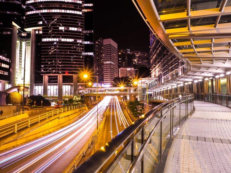 Trafik till och med i stadens centrum Hong Kong på natten royaltyfri bild