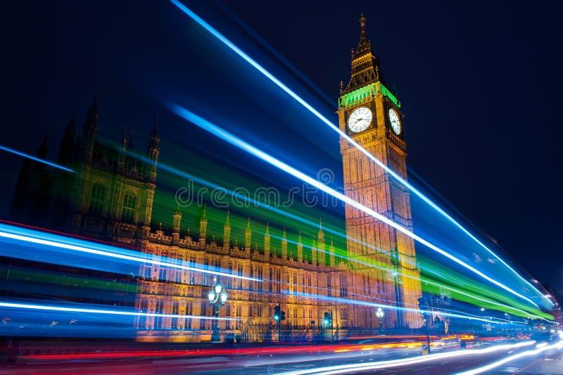 Trafik till och med London på natten royaltyfri fotografi
